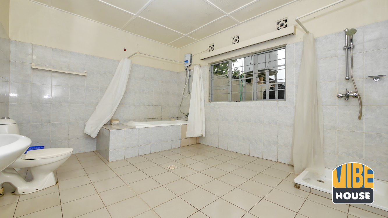 Bathroom: House for rent in Nyamirambo
